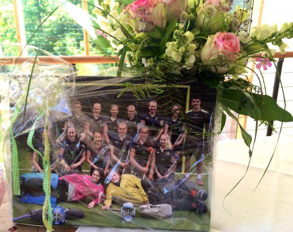 Tolle Überrschung: ein traumhafter Blumenstrauß und ein großformatiges Mannschaftsfoto!